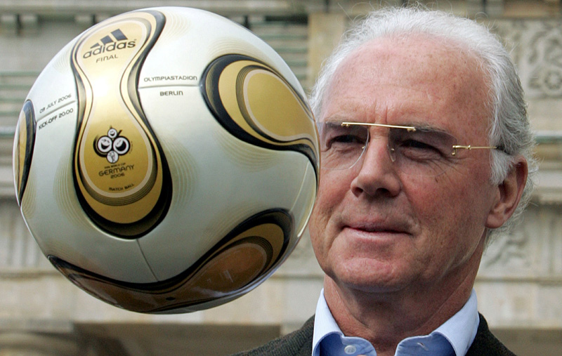 FILE PHOTO: Franz Beckenbauer, President of Germany's World Cup organising committee, plays with a golden soccer ball during a presentation next to the Brandenburg gate in Berlin April 18, 2006. Photo: Reuters