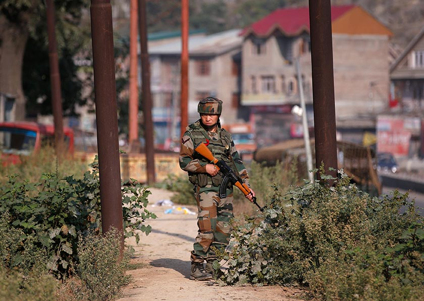 An Indian army soldier stands guard alongside a street on the outskirts of Srinagar, India, September 20, 2016. REUTERS/Danish Ismail