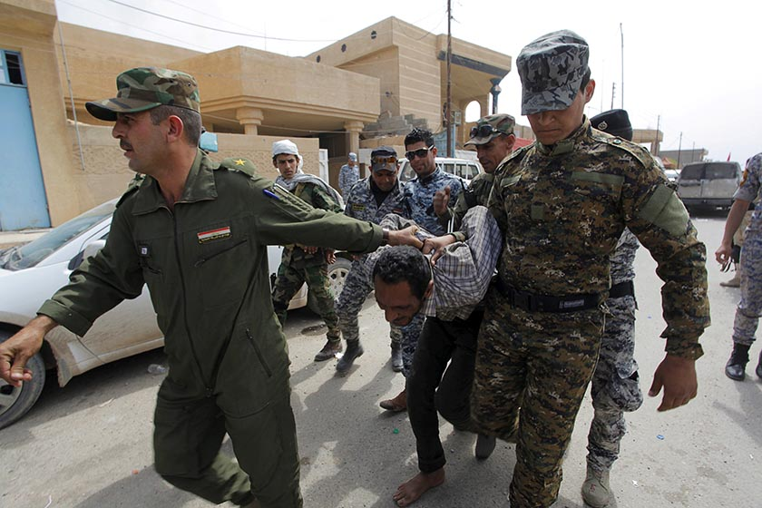 Iraqi security forces arrest a member of the Islamic State in Tikrit April 1, 2015.  REUTERS/Alaa Al-Marjani/File Photo