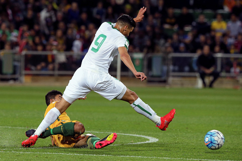Massimo Luongo of Australia tries to tackle Ahmed Yasin Ghani of Iraq during World Cup 2018 Qualifer at Perth Rectangular Stadium in Perth of Australia, on Thursday, September 1, 2016. Photo: Reuters