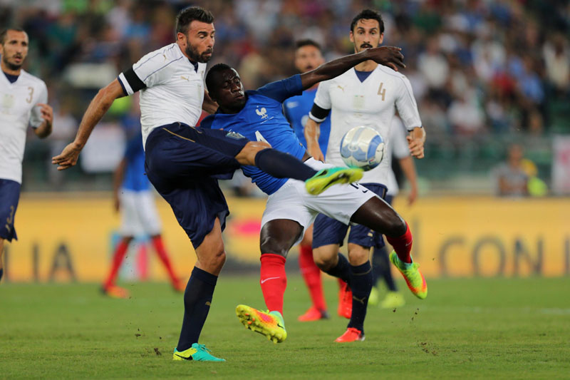 Italy's Andrea Barzagli (L) vies for the ball with France's Raphau00c3u00abl Varane during the friendly match between Italy and France at the San Nicola Stadium in Bari, Italy, on Thursday, September 1, 2016. Photo: AP
