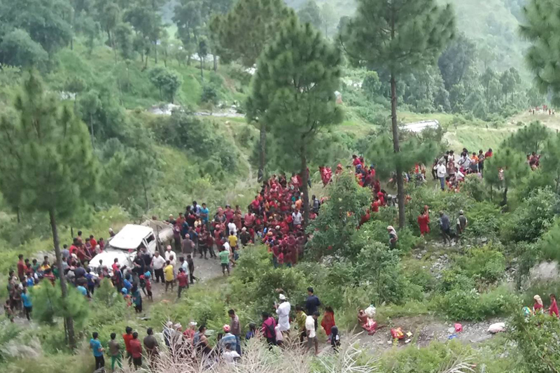 Onlookers surround a jeep that met with an accident in Dhairing of Parbat district on Saturday, September 10, 2016. Photo: RSS