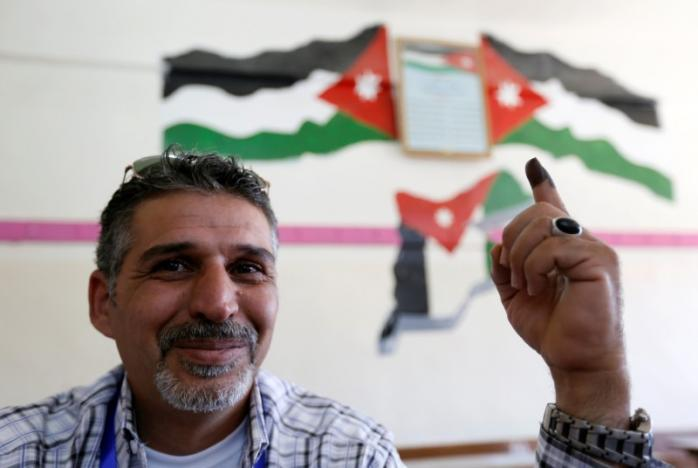 A Jordanian man shows his ink-stained finger after casting his ballot at a polling station for parliamentary elections in Amman, Jordan September 20, 2016. REUTERS/Muhammad Hamed