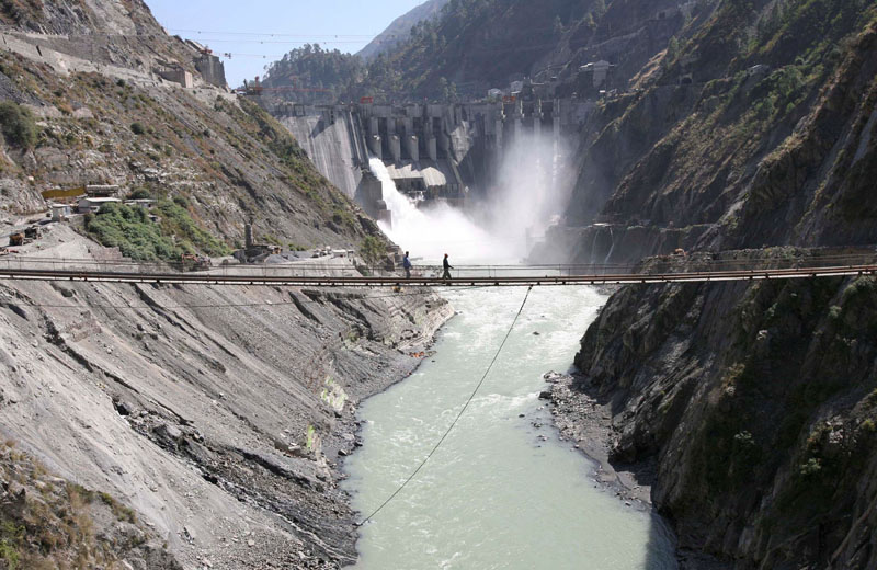 FILE: Labourers walk on a bridge near the newly inaugurated 450-megawatt hydropower project located at Baglihar Dam on the Chenab river which flows from Indian Kashmir into Pakistan, at Chanderkote, about 145 km (90 miles) north of Jammum, on October 10, 2008. Photo: Reuters