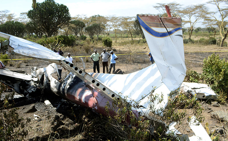 Residents looks at the wreckage of a light plane that crashed in Sanctuary farm, killing one Polish woman and injuring five others including the pilot, in Naivasha, Kenya, on September 8, 2016. Photo: Reuters