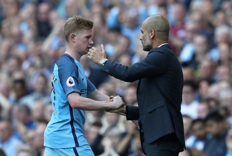 Football Soccer Britain - Manchester City v AFC Bournemouth - Premier League - Etihad Stadium - 17/9/16nManchester City's Kevin De Bruyne is congratualted by  manager Pep Guardiola as he is substituted nReuters / Phil NoblenLivepic