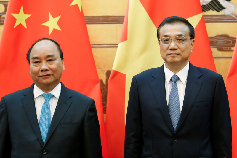 Chinese Premier Li Keqiang (Right) and Vietnamese Prime Minister Nguyen Xuan Phuc attend a signing ceremony at the Great Hall of the People in Beijing, China, on September 12, 2016. Photo: Reuters