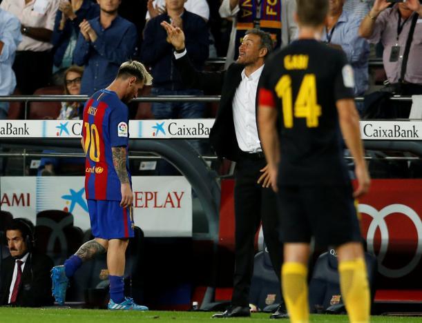 Football Soccer - Barcelona v Atletico Madrid - Spanish La Liga Santander - Camp Nou stadium, Barcelona, Spain - 21/09/16. Barcelona's Lionel Messi leaves the pitch next to coach Luis Enrique. REUTERS/Albert Gea