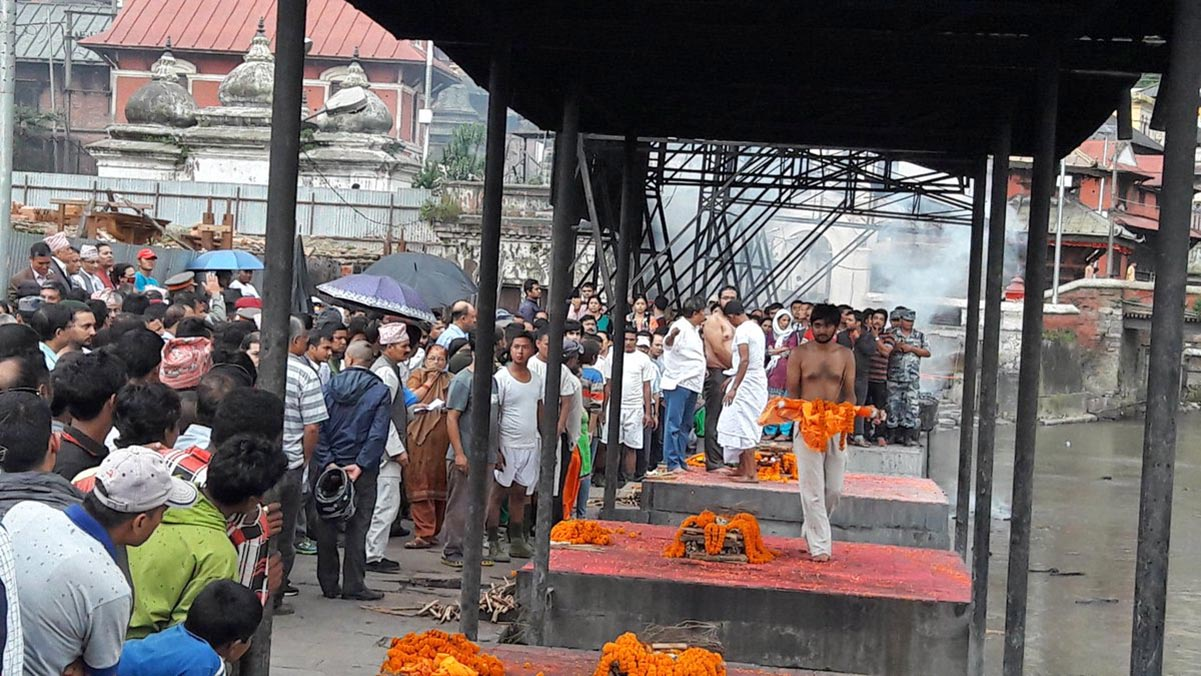 Families perform final rites of former minister Madhav Ghimire and his two brothers after they were not found even after five days of disappearance, at Pashupati Aryaghat, on Friday, September 30, 2016. Courtesy: Sujit Mahat/Twitter