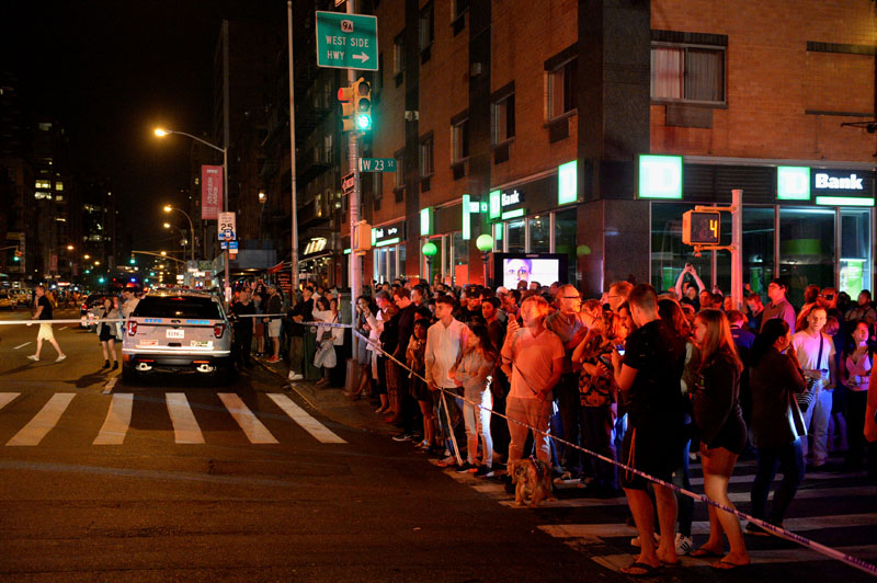 Onlookers stand behind a police cordon near the site of an explosion in the Chelsea neighborhood of Manhattan, New York, US, on  September 17, 2016. Photo: Reuters