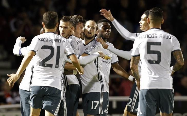 Britain Football Soccer - Northampton Town v Manchester United - EFL Cup Third Round - Sixfields Stadium - 21/9/16nManchester United's Michael Carrick celebrates scoring their first goal with team mates nReuters / Darren Staples/ Livepic