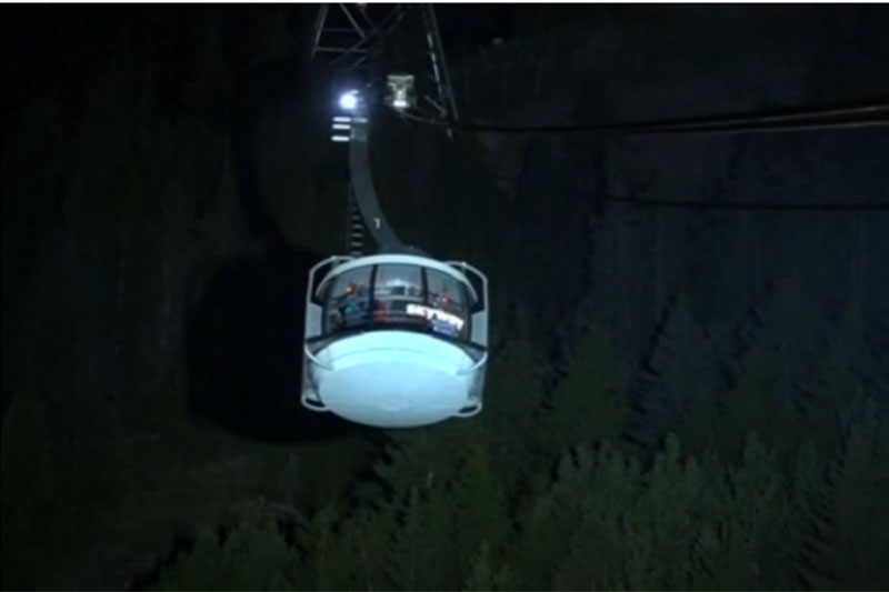Rescuers bring 33 people trapped overnight in cable cars high over the glaciers of Mont Blanc to an altitude station on Friday morning after the tangled cables were repaired, the cable car operator , on September 9, 2016. Photo: Reuters