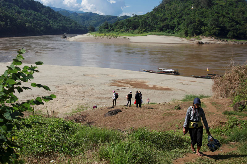 Journalists and researchers walk up to Ban Sob Moei, a Thai village located at the confluence of Moei and Salween rivers, which is threatened by the planned Hatgyi dam in Myanmar November 16, 2014. Photo: REUTERS