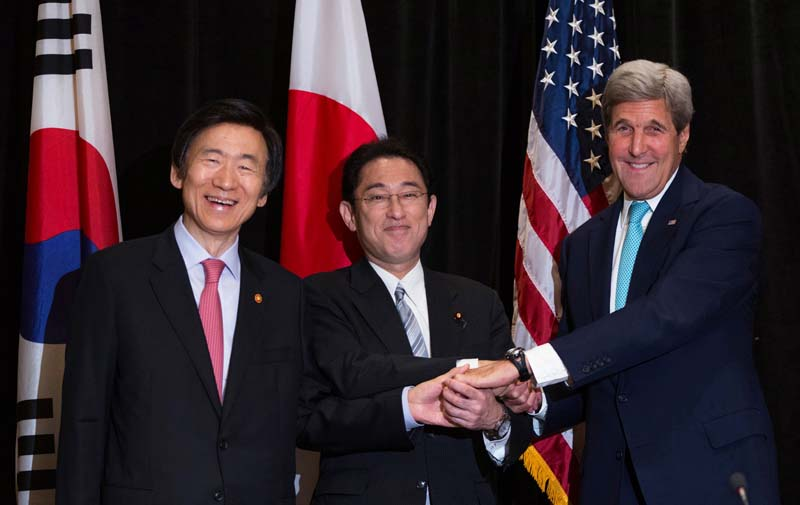 Minister of Foreign Affairs Yun Byung-se of South Korea (L) Minister of Foreign Affairs Fumio Kishida of Japan, and US Secretary of State John Kerry (R) join hands during a meeting between the three leaders in New York, US, on Sunday, September 18, 2016. Photo: Reuters