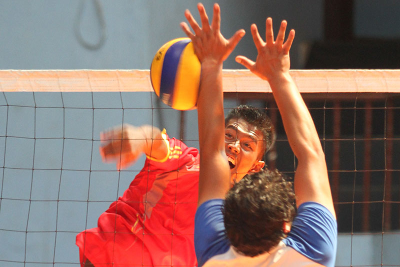 Players of Nepal Police Club and Kavre Volleyball Association (front) in action during the third NVA National Womenu2019s and Menu2019s Club Volleyball Championship in Kathmandu on Wednesday, September 14, 2016. Photo: Udipt Singh Chhetry/THT