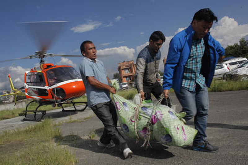 Officials carry the dead body of Nepalese climber who died on Manaslu Mountain, in Kathmandu, on Tuesday, September 27, 2016. Photo: AP