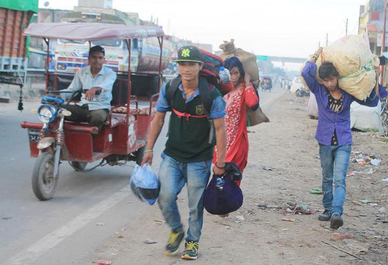 Migrant workers returning home from India through Rupaidiha border to celebrate Dashain, in Nepalgunj, on Wednesday, September 28, 2016. Photo: THT