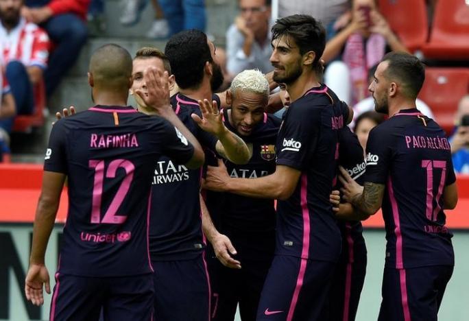 Football Soccer - Sporting Gijon v Barcelona - Spanish La Liga Santander - El Molinon stadium, Gijon, Spain- 24/09/16. Barcelona's Neymar (C) celebrates his goal with teammates. REUTERS/Eloy Alonso