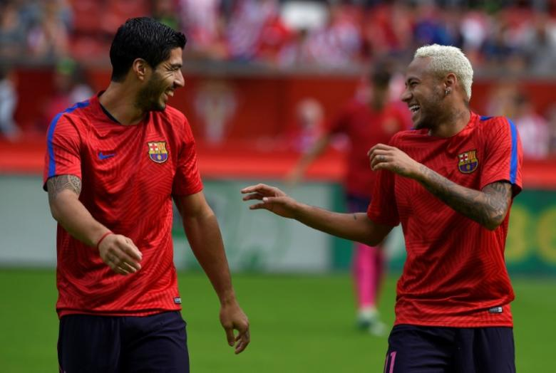 Football Soccer - Sporting Gijon v Barcelona - Spanish La Liga Santander - El Molinon stadium, Gijon, Spain- 24/09/16. Barcelona's Neymar (R) and Luis Suarez react. REUTERS/Eloy Alonso