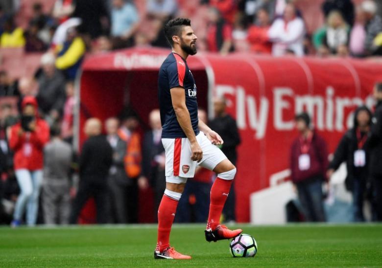 Britain Soccer Football - Arsenal v Southampton - Premier League - Emirates Stadium - 10/9/16nArsenal's Olivier Giroud warms up before the matchnReuters / Dylan Martinez