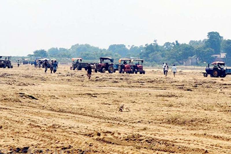 FILE- Sand is being transported to various locations from Oriya stream of Pidari Guthi of Parsa district. Photo: THT