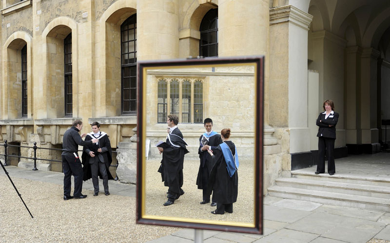 Graduates queue to have their photograph taken after a graduation ceremony at Oxford University, Oxford, southern England, on May 28, 2011. Photo: Reuters