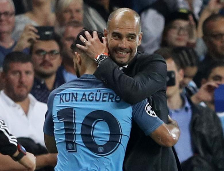 Britain Soccer Football - Manchester City v Borussia Monchengladbach - UEFA Champions League Group Stage - Group C - Etihad Stadium, Manchester, England - 14/9/16nManchester City's Sergio Aguero with Manchester City manager Pep Guardiola after being substituted nReuters / Phil Noble