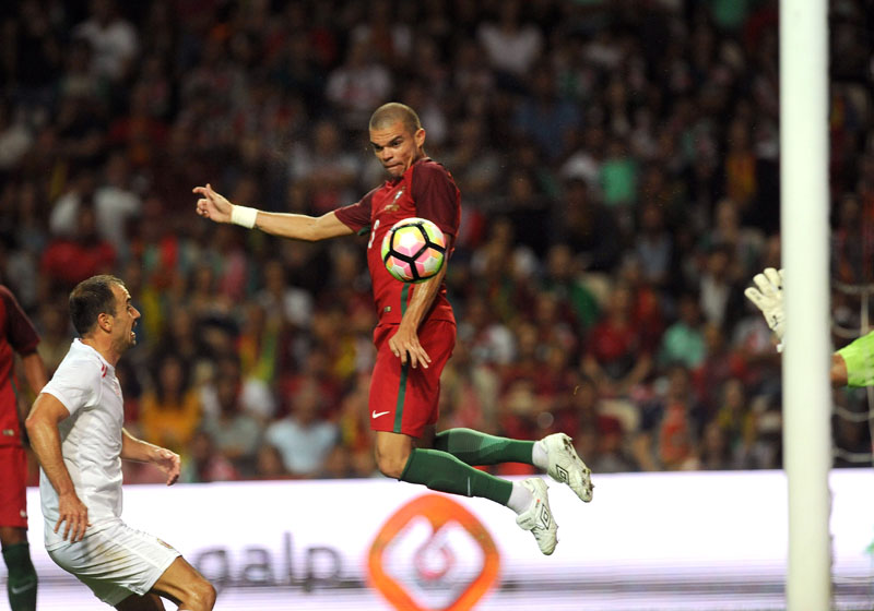Portugal's Pepe scores past Gibraltar's Roy Chipolina (L) during a friendly soccer match between Portugal and Gibraltar in Porto, Portugal, on Thursday, September 1, 2016. Photo: AP