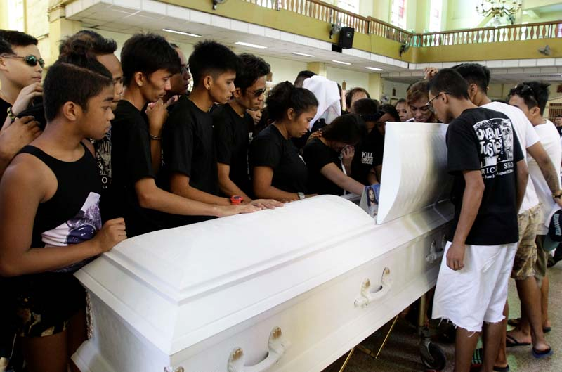 Relatives and friends look at the coffin of Eric Quintinita Sison during burial rites in Pasay city, metro Manila, Philippines on August 31, 2016. Photo: Reuters