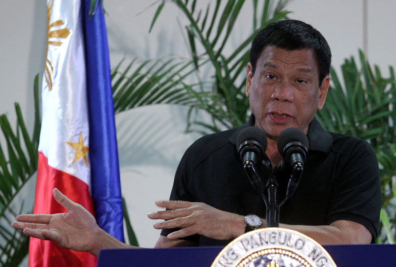 Philippines President Rodrigo Duterte gestures during a news conference upon his arrival from a state visit in Vietnam at the International Airport in Davao city, Philippines, on September 30, 2016. Photo: Reuters