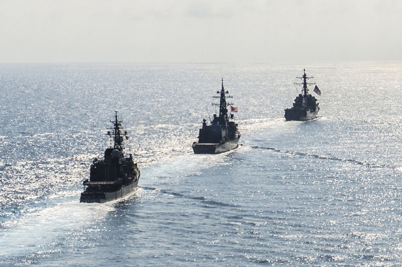 FILE PHOTO - Arleigh Burke-class guided-missile destroyer USS Mustin (DDG 89) transits in formation with Japan Maritime Self-Defense Force ships JS Kirisame (DD 104) and JS Asayuki (DD 132) during bilateral training in South China Sea on April 21, 2015.  Photo: REUTERS