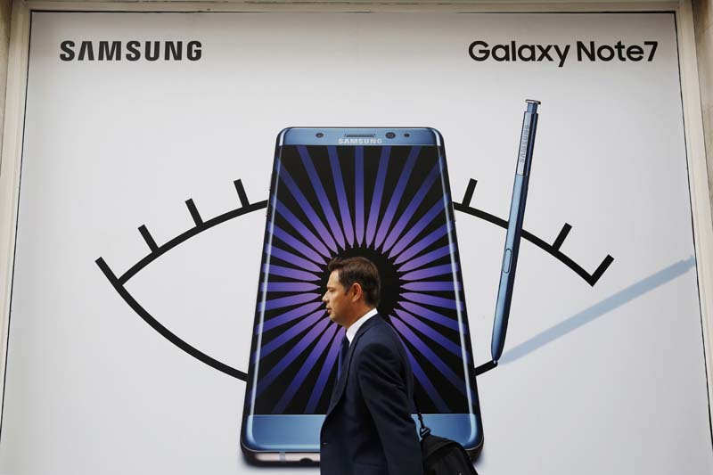 A man walks past an advert for the Samsung Galaxy Note 7 in London, Britain, on September 2, 2016. Photo: Reuters