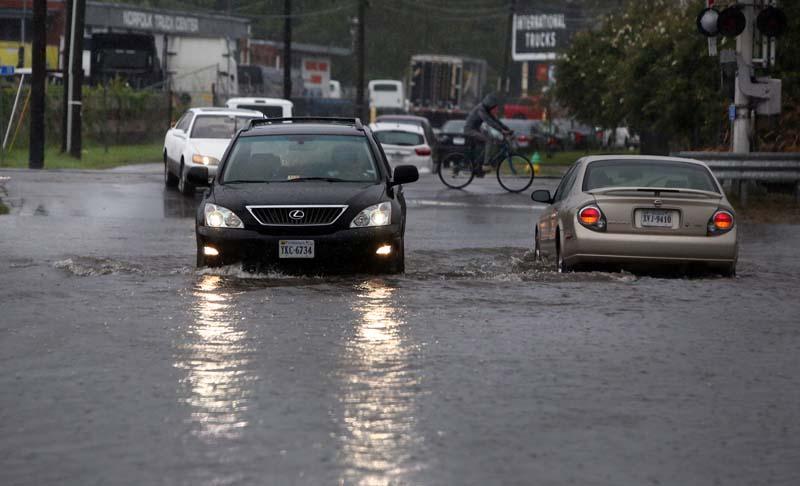 Cars navigate through flood waters near Norfolk State University, on Wednesday, September 21, 2016, in Norfolk, Virginia. Photo: AP