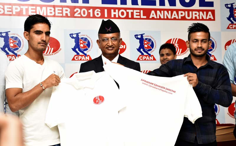 Director of Sipradi Trading Pvt Ltd Shambhu Prasad Dahal is flanked by cricketers Aarif Sheikh and Sunil Dhamala (L) during the signing ceremony in Kathmandu on Wednesday, September 7. 2016. Photo: THT