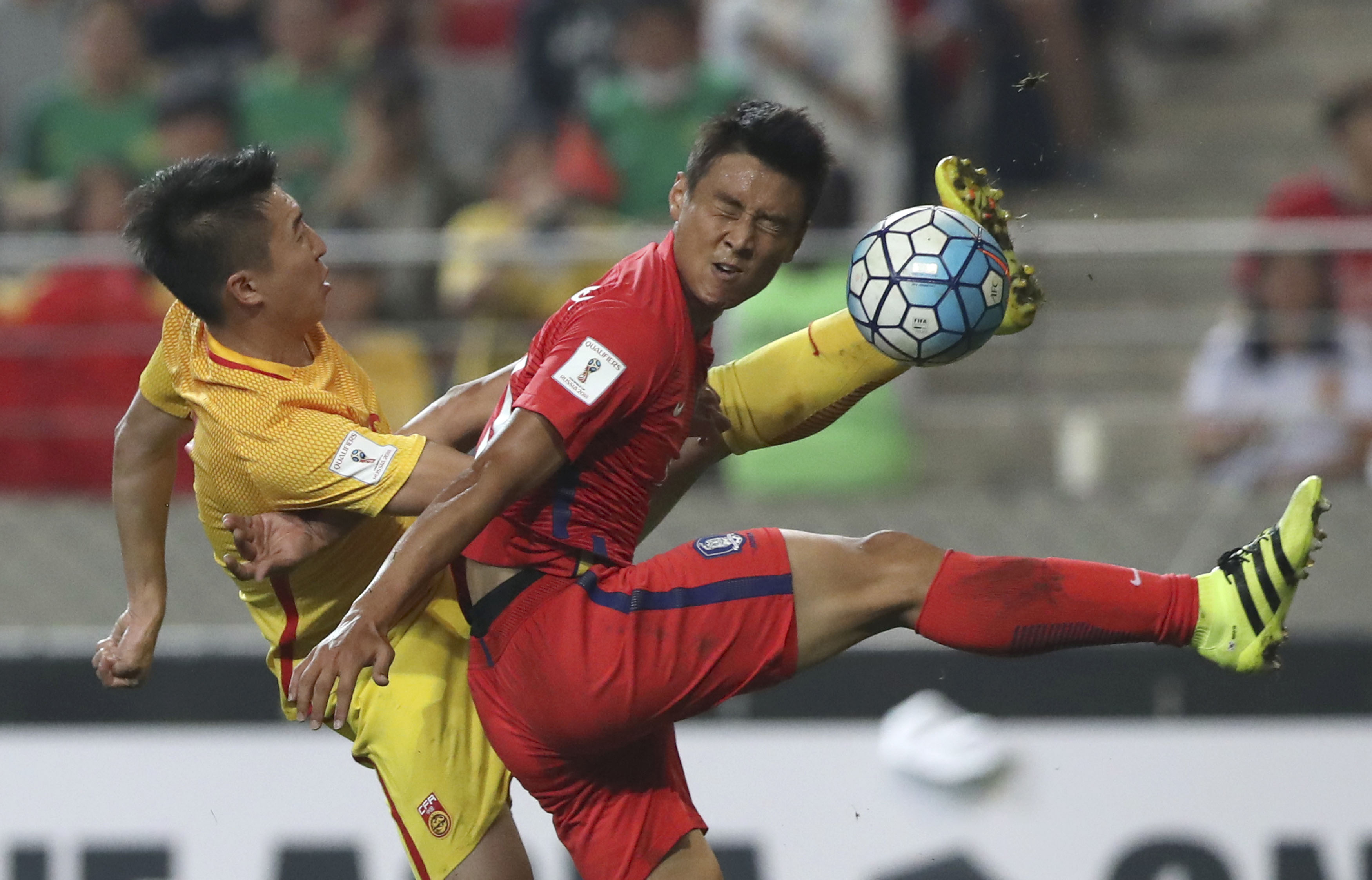 South Korea's Koo Ja-cheol (right) fights for the ball against China's Ren Hang (left) during the soccer match for the 2018 FIFA World Cup qualifier at Seoul World Cup Stadium in Seoul, South Korea, on Thursday, September 1, 2016. Photo: AP