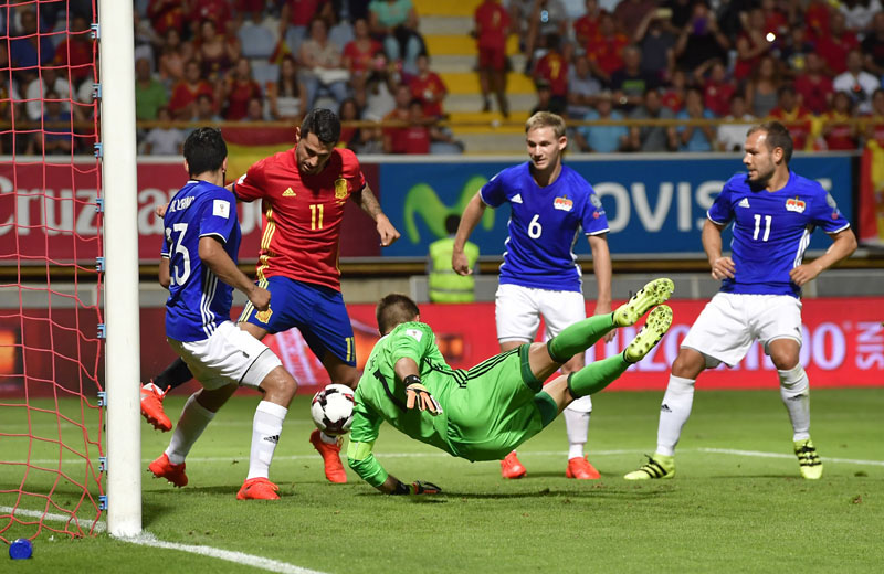 Spain's Vitolo Machin (second left) attempts to score past Liechtenstein's goalkeeper Peter Jehle during their World Cup Group G qualifying soccer match at the Reino de Leon Stadium, in Leon, northern Spain, on Monday September 5, 2016. Photo: AP