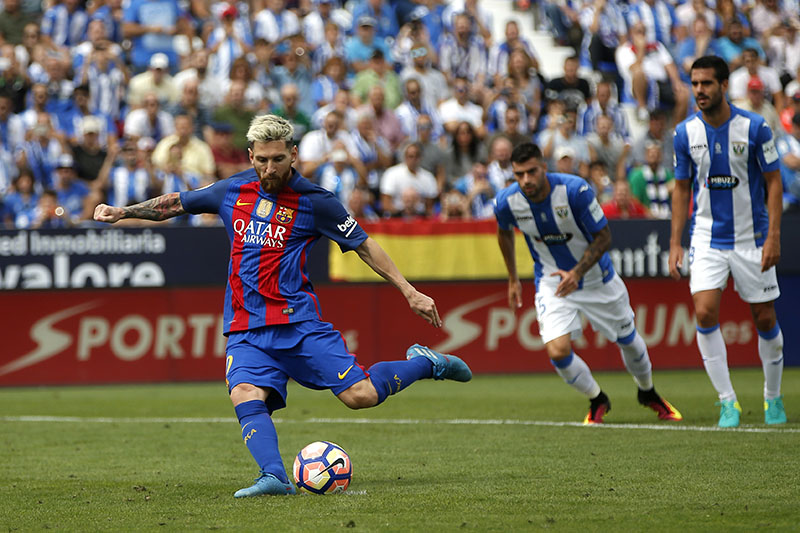 Barcelona's Lionel Messi scores from a penalty kick during the Spanish La Liga soccer match between Leganes and Barcelona at the Butarque stadium in Madrid, Spain, on Saturday, September 17, 2016. Photo: AP