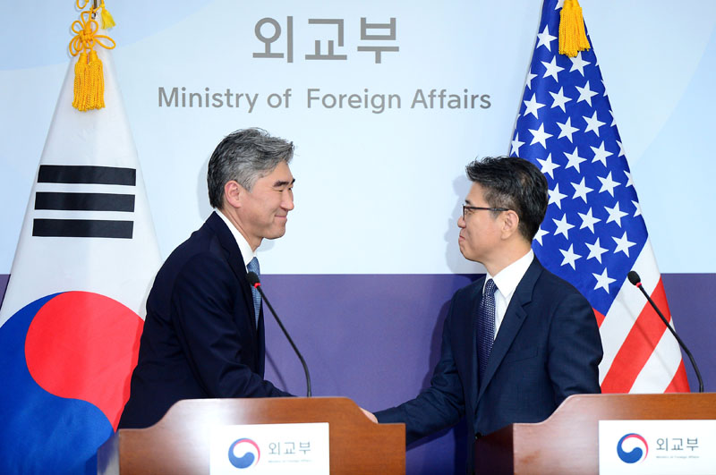 US State Department's Special Representative for North Korea Policy Sung Kim (Left) shakes hands with his South Korean counterpart Kim Hong-kyun during a news conference at the Foreign Ministry in Seoul, South Korea, on September 13, 2016. Photo: Reuters