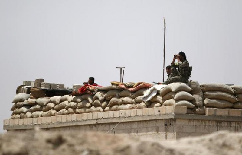 Fighters of the Syria Democratic Forces take an overwatch position in northern province of Raqqa, Syria May 27, 2016. Photo: REUTERS