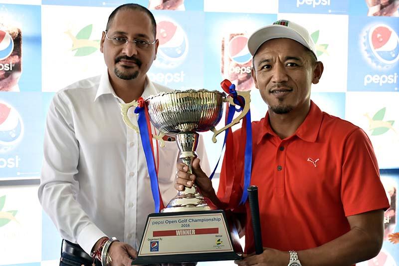 Unit Manager of Varun Beverages (Nepal) Pvt Ltd Rohit Kohli (left) handing over trophy of the Pepsi Open Golf Tournament to Tashi Tshiring in Kathmandu on Saturday, September 10, 2016. Photo: Naresh Shrestha/ THT