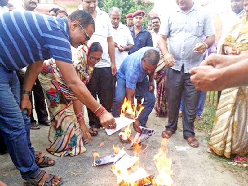 Members of Temporary Teachers Struggle Committee burning teacher distribution form in front of District Education Office in Gaur, on Friday, September 23, 2016. Photo: Prabhat Kumar Jha
