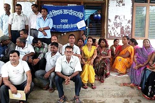 Temporary teachers sit-in in front of the District Education Office in course of their protest in Gaur, on Sunday, September 25, 2016. Photo: Prabhat Kumar Jha