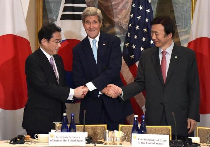 US Secretary of State John Kerry (C) shakes hands with Japan's Foreign Minister Fumio Kishida (L) and South Koreau0092s Foreign Minister Yun Byung-se before a meeting at the Lotte New York Palace hotel in Manhattan, New York September 29, 2015. Photo: REUTERS
