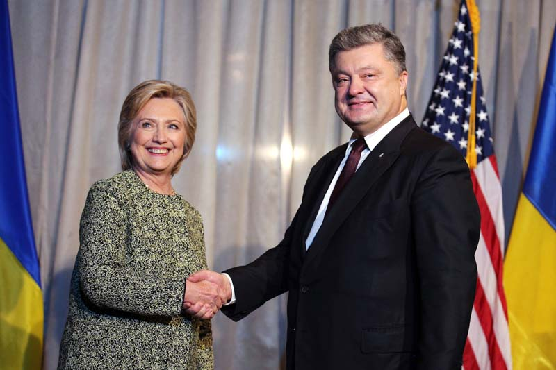 US Democratic presidential candidate Hillary Clinton attends a bilateral meeting with Ukraine's President Petro Poroshenko (R) at a hotel in New York, US, on Monday, September 19, 2016. Photo: Reuters
