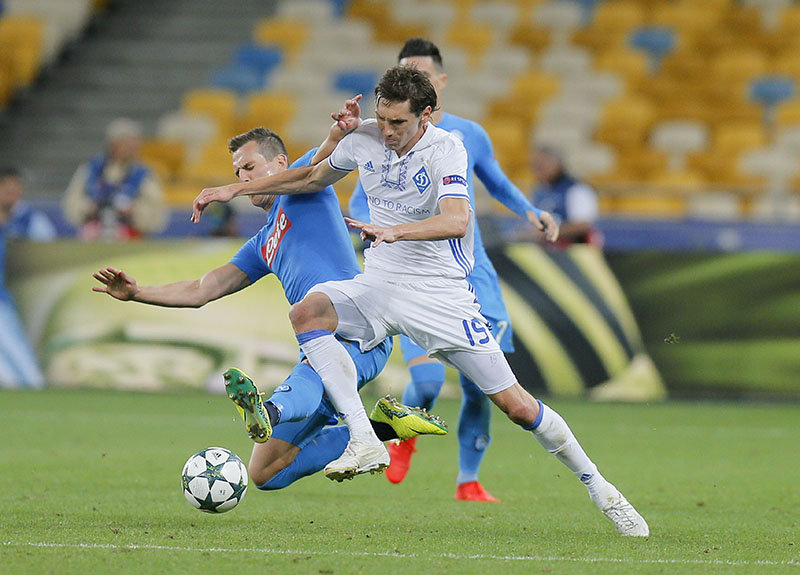 Kiev's Denys Garmash (right) challenges for the ball during the Champions League Group B soccer match between Dynamo Kiev and Napoli at the Olympiyskiy stadium in Kiev, Ukraine, on Tuesday, September 13, 2016. Photo: AP