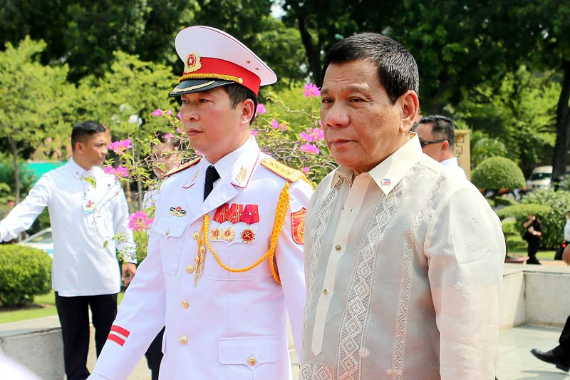 Philippine President Rodrigo Duterte (R) attends a wreath laying ceremony at the Monument of National Heroes and Martyrs in Hanoi, Vietnam, on Thursday, September 29, 2016. Photo: AP