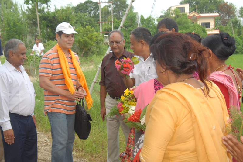 The World Bank's Nepal Country Manager Takuya Kamata (in white cap) is welcomed by local farmers in Rupandehi district, during a monitoring visit, in September 2016. Photo: PACT