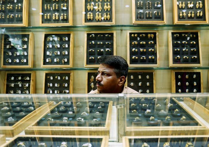 A salesman waits for customers inside a gold jewellery showroom in Mumbai, India May 9, 2016. REUTERS/Danish Siddiqui/Files