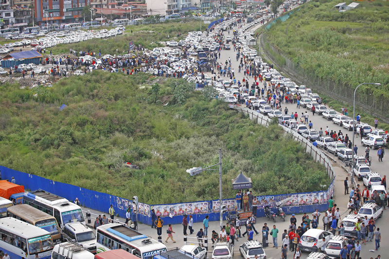 Taxis lined up in Tinkune protesting against non-availability of adequate parking space in Kathmandu, on Tuesday. Thett hours-long nprotest caused massive traffic jam from Tinkune to Koteshwor, on Tuesday, September 27, 2016.  Photo: THT