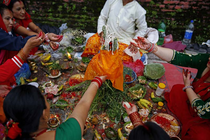 Woman offer their prayers to  the Saptarshis near the bank of the Bagmati River on the occasion of Rishi Panchami festival at the Pashupati Area, in Kathmandu, on Tuesday, September 6, 2016. Photo: Skanda Gautam/ THT